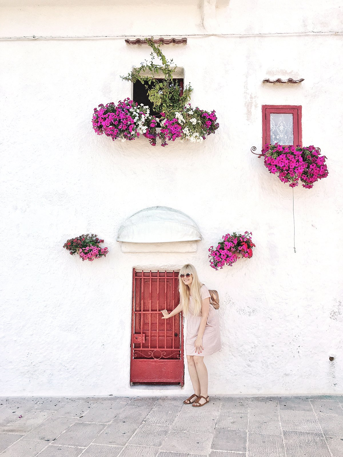 puglia_monopoli_red_door_girl