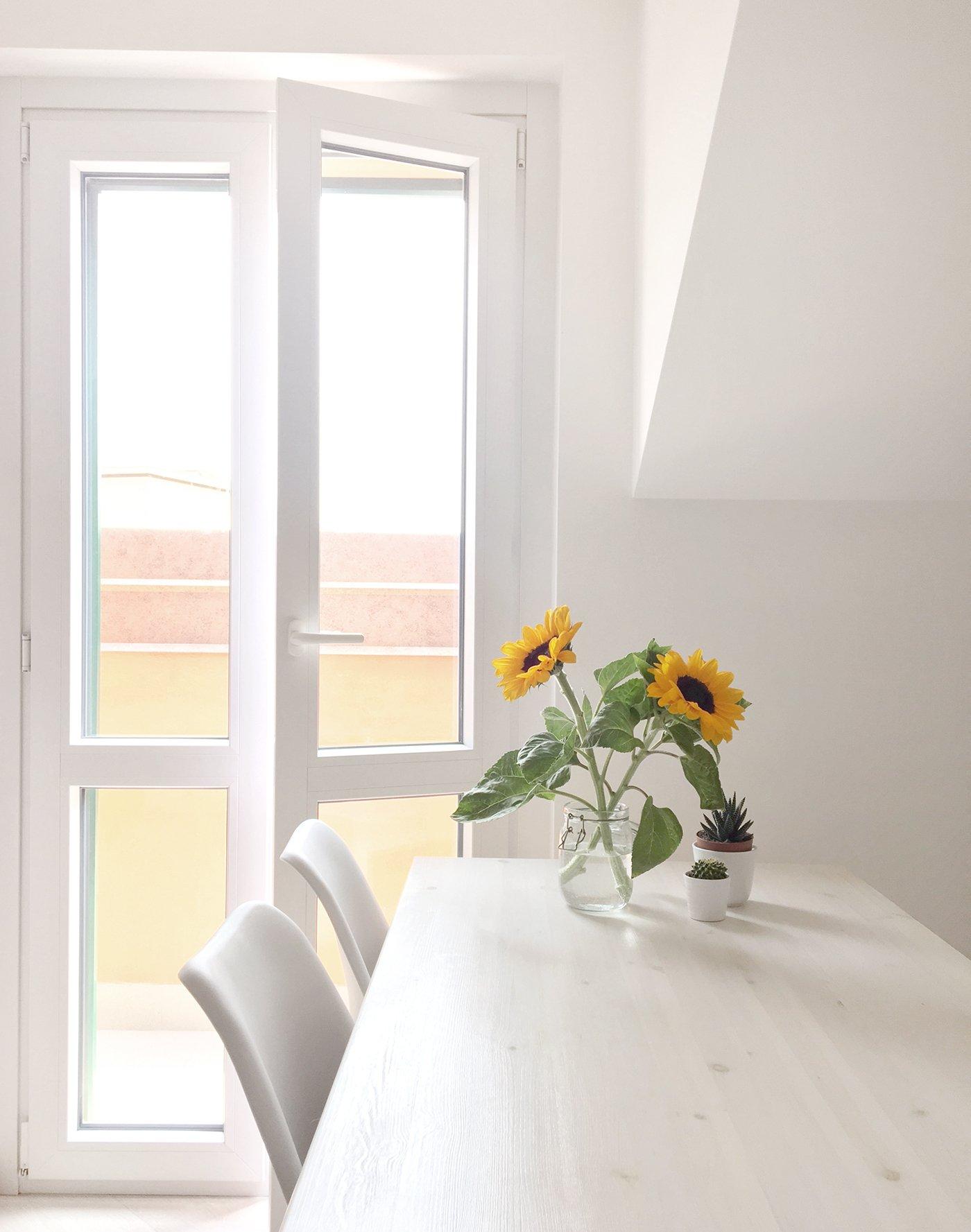 minimal home white scandinavian flowers