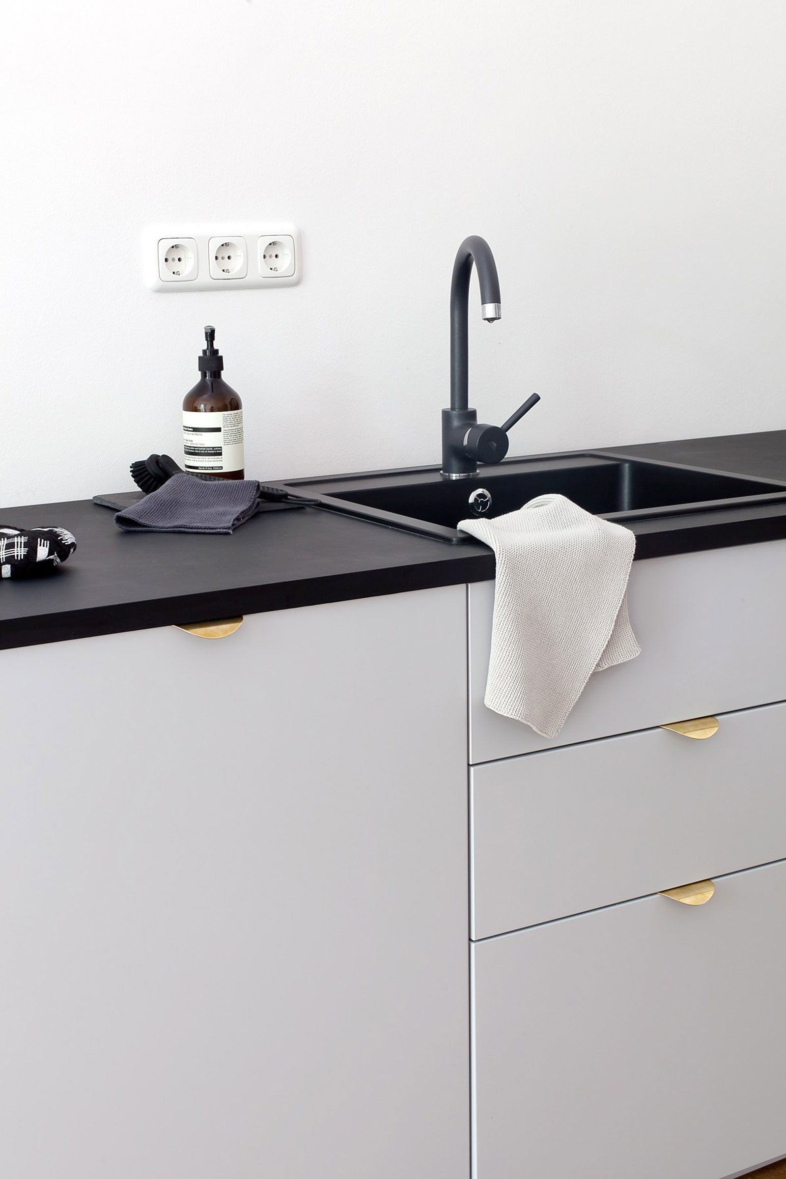 kitchen inspiration grey gold minimal nordic