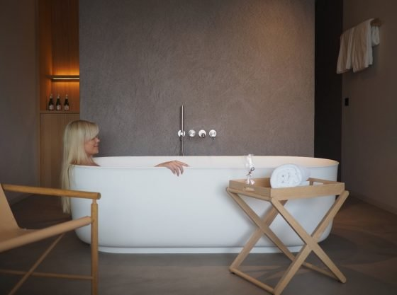 scandinavian-design-hotel-dolomites-italy-bath-cozy