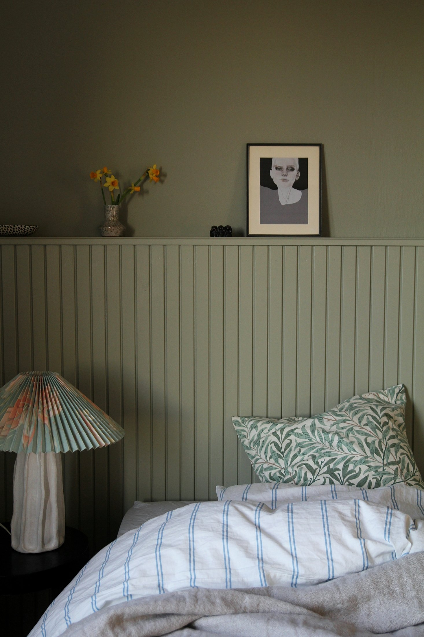 scandinavian feeling bedroom cozy hygge deep green 1