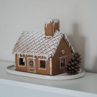 that scandinavian feeling christmas decor gingerbreadhouse
