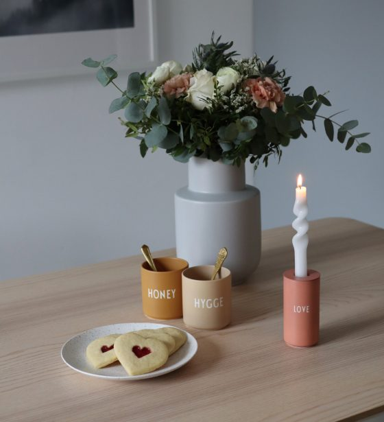 scandinavian feeling valentines flowers hearts love table