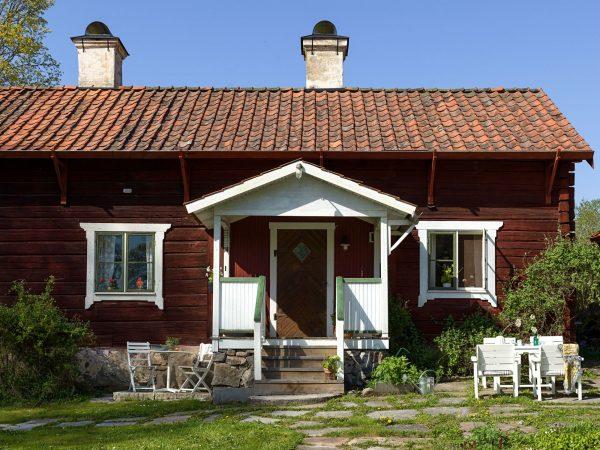 scandinavian feeling idyllic swedish cottage outside 3